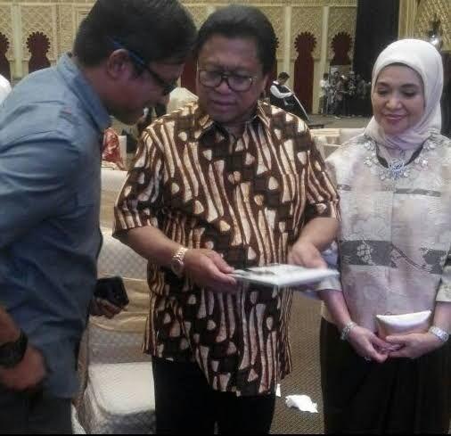 Oso Terkejut Dapat Hadiah Buku dari Wartawan asal Tanjung Pinang Saat Rayakan Ultah
