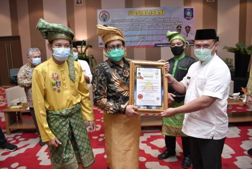 Kembalikan Desa Adat, Gus Menteri Dapat Penghargaan Dari Kesultanan Palembang