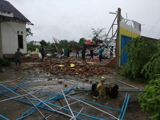 Dua Warga Meninggal Saat Angin Puting Beliung Hantam Rumah Warga di Tulang Bawang