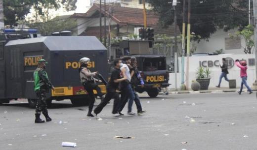 Bawa Molotov Saat Aksi Tolak PPKM di Bandung, Demonstran Diamankan Polisi