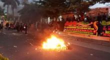 Polisi Kabur ke Rumah Warga saat Terkepung Pendemo, Motor Dibakar