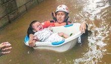 Dramatis... Perjuangan Hidup Mati Relawan Selamatkan Bayi yang Terjebak Banjir