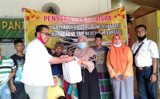 Tak Hanya Guru, Alumni SMP 5 Pekanbaru Juga Bagikan THR ke Anak Yatim