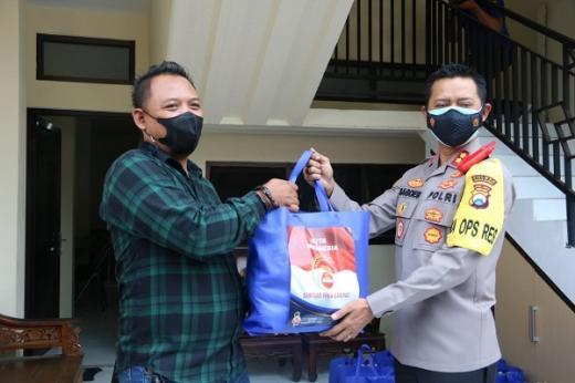 Peduli Dampak PPKM Darurat, Kapolres Malang Bagikan Bansos Kepada Wartawan