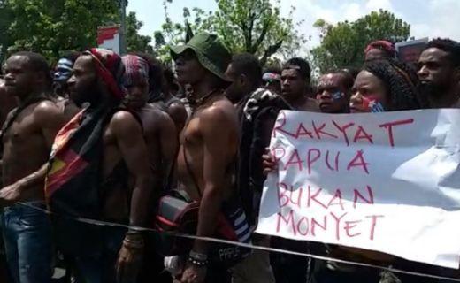 Mahasiswa Papua Teriak Referendum di Seberang Istana Jokowi