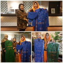 Jelang Pernikahan Cucunya, Ibunda Jokowi Pesan Busana Kain Tenun Toraja Rancangan Erna Rasyid Taufan