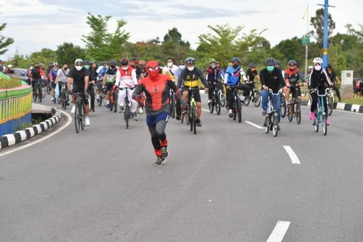 Menpora Dikawal Spiderman Saat Bersepeda Keliling Kepri