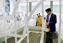 Presiden Jokowi Ziarah ke Makam Pahlawan Nasional TGKH Muhammad Zainuddin Abdul Madjid