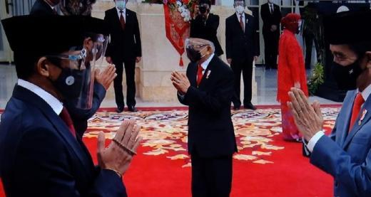 Gaya Sandiaga Uno Genggam Tasbih saat Dilantik Jokowi jadi Menteri Pariwisata