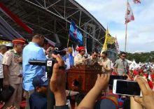 Prabowo Disambut Shalawat Badar dan Disematkan Patonro di Makassar