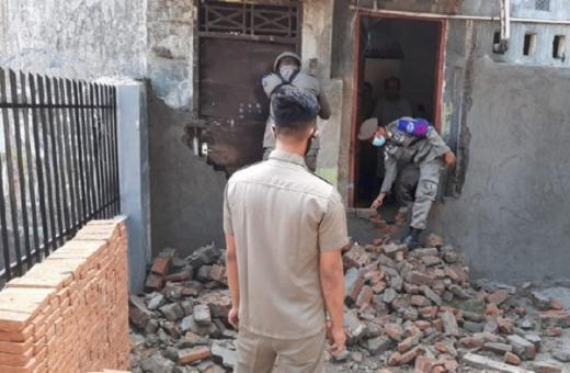Satpol PP Makassar Bongkar Tembok Penutup Jalan Akses ke Rumah Tahfiz