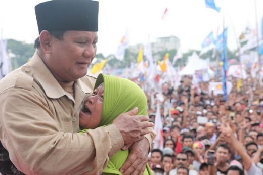 Emak-emak Gaek NTB Sambil Peluk Prabowo: Selalu Tegar dan Berani Bela Rakyat Ya Pak!