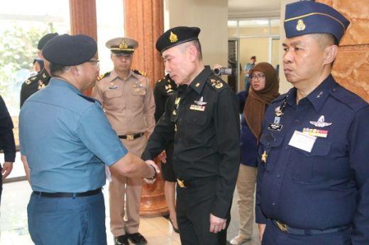 Kadiskesal Sematkan Brevet Hiperbarik Tentara Thailand