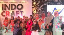 Erna Rasyid Taufan Rancang Busana Muslim Tenun Toraja