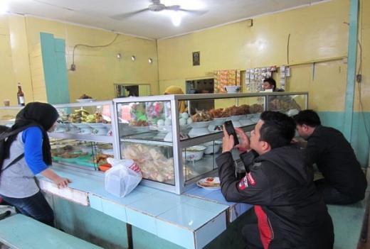 Komunitas Warteg Indonesia Tolak Kebijakan Makan di Tempat 20 Menit