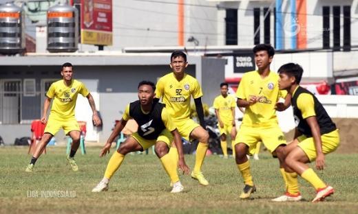 Charis Yulianto Coba Kembalikan Permainan Keras Arema FC