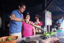 Sandiaga Uno Cicipi Makanan Khas Bugis Gogos di Barru Sulawesi Selatan