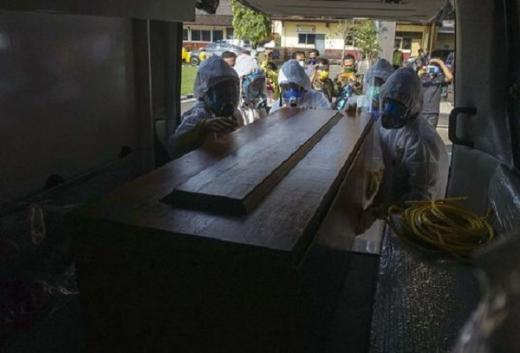 Polisi Ancam Pidanakan Pengusap Liur Jenazah Corona di Batam