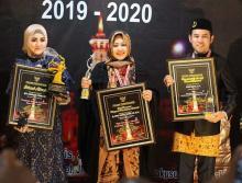Erna Rasyid Taufan Diganjar Penghargaan sebagai Tokoh Perempuan Beprestasi di Indonesia