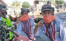 Pakai Masker Plastik Kena Razia Polisi, Begini Pose Kocak Kakek Pas Jadi Sorotan