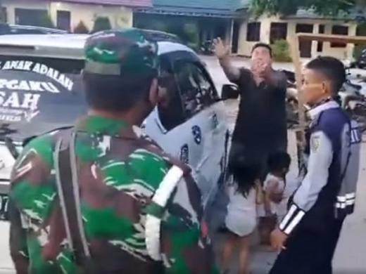 Viral, Tak Mampu Beli Susu, Seorang Ayah Serahkan 2 Anaknya ke Petugas PSBB