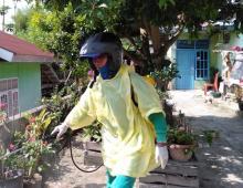 Cegah Penyebaran Corona, Forum Pekanbaru Bertuah Semprotkan Disinfektan ke Rumah Warga
