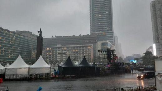 Hujan Deras di Bundaran HI Jelang Malam Tahun Baru, Warga Berhamburan